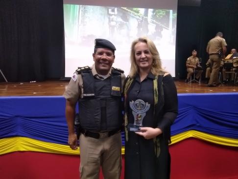 Fundadora do projeto Proteja seu filho na internet é homenageada pela Polícia Militar
