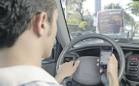 Mais da metade dos jovens afirmam dirigir teclando no celular