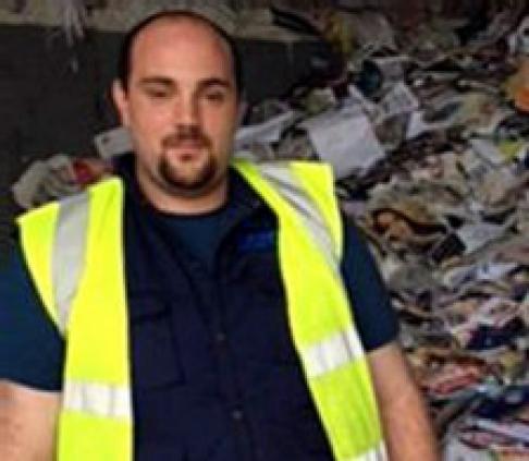 """Pedófilo é preso após lixeiro achar fotos """"repulsivas"""" em reciclagem"""