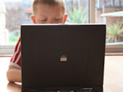 Uso intenso de computador e videogame pode causar problemas muscoloesqueléticos em crianças